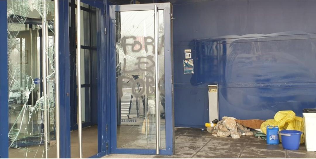 """LOS MOSSOS AMENAZAN CON QUERELLARSE """"POR TERRORISMO"""" TRAS EL ATAQUE A LA COMISARÍA DE VIC"""
